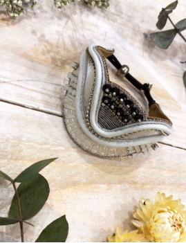 Bracelet manchette blanche en cuir, broderies en fil de soie - Boutique l'ananas