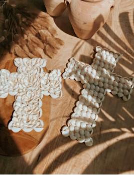 Petite croix coquillages blancs - Boutique l'ananas