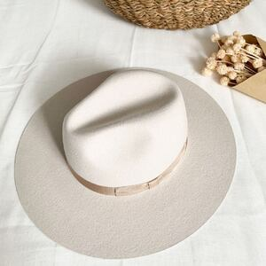 LENA ✨ Notre nouvelle création L'anana(s) créée à Bordeaux et fabriquée en Espagne. Un chapeau rigide à bord large, d'une jolie couleur de laine beige. Vous aimez ?  #chapeau #createurbordelais #bohemestyle #hippiechic #gipsysoul #chapeaumariee #chapeaumariage #hat #hatstyle #bordeaux #boutiquelananas