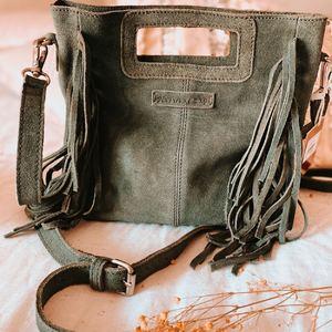 Notre sac en cuir coup de cœur Gypsy avec ses franges existe en plusieurs coloris. 💜☮️ 59€ seulement : disponible en boutique et sur www.boutique-lananas.com . . #sacfranges #saccuir #sacgypsy #bohemestyle #bohostyle #bordeaux #boutiquelananas #lananas #sacvert #sacboheme #sacfranges