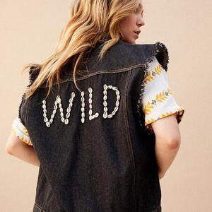 WILD 🐆🐚 Cette pièce forte, une veste en jeans noir sans manche avec le message Wild en coquillages. Se porte ample sur tous vos looks. Bon samedi à toutes 🥰😘🍍  www.boutique-lananas.com Toutes les commandes passées avant 11h sont expédiées aujourd'hui 🍍  #wild #coquillage #ootd #outfit #gilersansmanche #bordeaux #boutiquelananas #lookoftheday