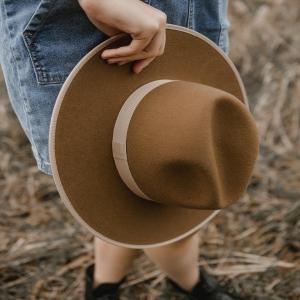 AMBRE, COME BACK 🤍 Notre chapeau L'anana(s) fabriqué en Espagne est de retour ! Vous l'aviez beaucoup aimé, le revoici ! 🤗🤍 www.boutique-lananas.com  #chapeau #createurfrancais #marquefrancaise #bordeaux #createurbordelais #bohemestyle #hippiechic #hat #frenchhat #boutiquelananas  Photos @cleya.asulon
