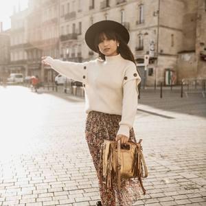 Ventes Privées sur ce look bohème ! La jupe longue bohème à fleurs avec cette jolie maille à boutons sont disponibles sur notre eshop www.boutique-lananas.com. Courrez faire des affaires ! 🙈 Bonne soirée les nanas 🍍 #ootd #outfit #outfitoftheday #lookoftheday #boheme #bohemestyle #gypsystyle #bohovibes #fashion #bordeaux #bordeauxmaville #boutiquelananas #lananas  Crédit photos @cleya.asulon