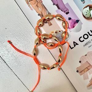 SUMMER VIBES 🐚☀️ Nos bracelets coquillages dorés colorés parfaits pour l'été. www.boutique-lananas.com  #coquillages #braceletcoquillage #braceletete #summervibes #summer #boutiquelananas #bordeaux #orange #bijoux