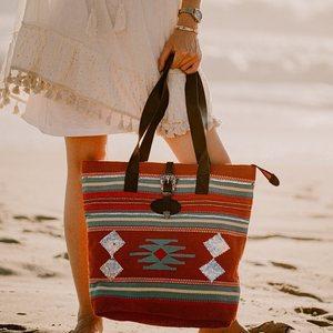 C'est la rentrée !! 💼 Ce magnifique sac en promo sur www.boutique-lananas.com 52,50€ au lieu de 75€ Profitez en ! 😆 Bonne journée les nanas 😘🍍 . . #sacboheme #sac #sacethnique #bag #larentree #bordeaux #boutiquelananas #lananas #bohovibes #ibiza 📸 @camillebrignol.photo