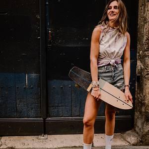 #skategirl 🛹👩🏼 Tendance Tie and Dye, découvrez toute notre collection Tie and Dye sur notre eshop www.boutique-lananas.com. Bon shopping les nanas ! 🍍 . . #skate #skateboard #skatelife #tiedye #tieanddye #hippiestyle #boheme #tshirttiedye #tshirt #jeans #boutiquelananas #lananas #bordeaux 📸 @camillebrignol.photo