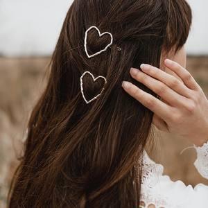 Un peu de douceur et d'amour en ce dimanche soir.. Pleins de choix de coiffures avec nos barrettes cœur 🤍 Disponibles dès maintenant sur www.boutique-lananas.com. Bon dimanche les nanas 😘❤️ . . #coeur #barrettecoeur #coeurdore #accessoirecheveux #barrettes #barrette #bohemestyle #outfit #outfitinspiration #inspiration #outfitoftheday #sales #bordeaux #boutiquelananas #lananas #bordeauxcity #boheme #hippiechic  Crédit photo @cleya.asulon